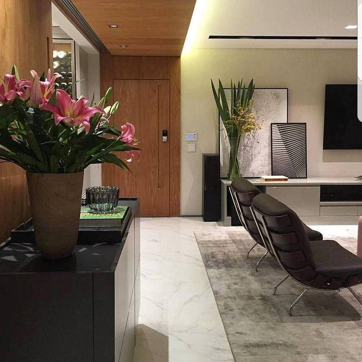 """78 Likes, 3 Comments - Cosmopolita Decor & Design (@cosmopolita_decor_design) on Instagram: """"Que living maravilhoso!! Quadros, mobiliário... tudo perfeito!! E o detalhe arrasador: a madeira…"""""""