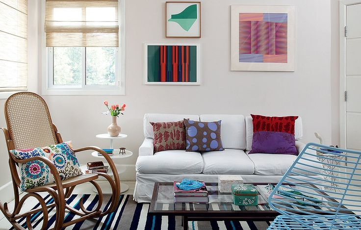 Não é preciso muito para ter uma sala bonita e gostosa. A designer de interiores Carol Ferreira apostou em móveis de herança de família e boa parte dos objetos foi garimpada em loja de usados
