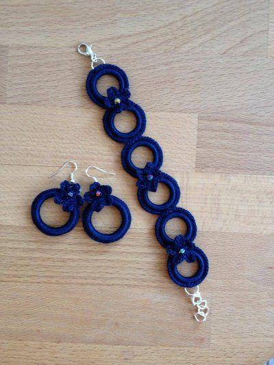 orecchini e bracciale ad uncinetto di colore blu