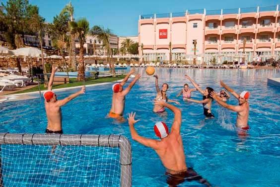 Hay todo lo necesario para unas vacaciones inolvidables en el ClubHotel Riu Guarana. Rodeado de asombroas vistas, el ClubHotel Riu Guarana (Todo Incluido) está situado en un impresionante acantilado con acceso a la Praia da Falésia, Algarve. ClubHotel Riu Guarana – Hotel en Algarve, Praia da Falésia – Hotel en Portugal - RIU Hotels & Resorts