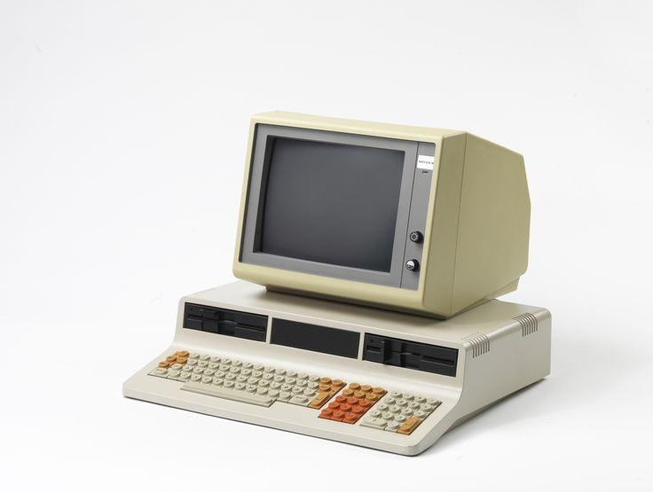 """Prosessor: Zilog Z80 A, 4 MHz. Minne: 8 kb ROM, 64 kb RAM 2 x 800 kb 5 1/2 """" diskettstasjoner. 256 farger skjerm 3 kanals lyd. Operativsystem: CP/M. 70 W strømforbruk."""