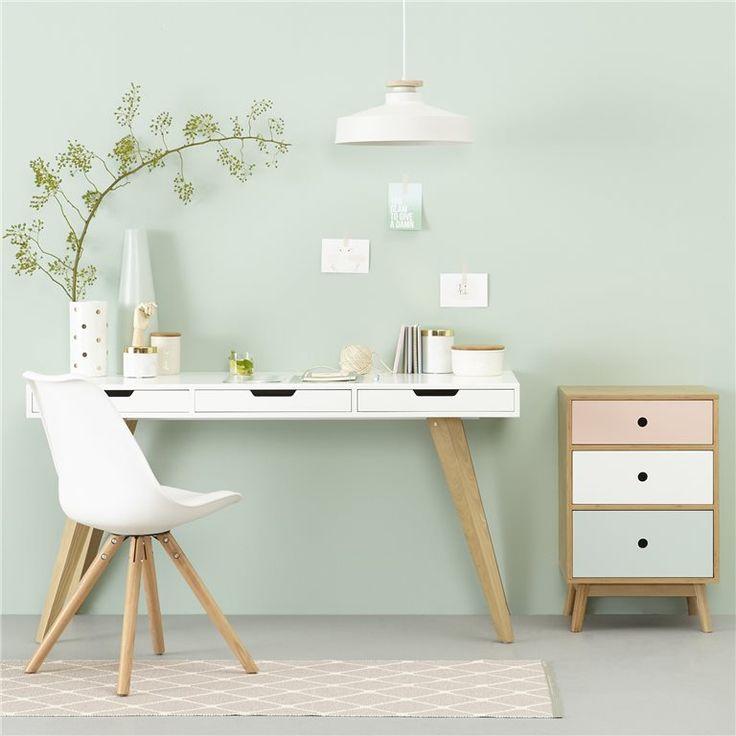 Thuiswerken, studeren of je huiswerk doen, het gaat allemaal stukken beter met een fijne werkplek! Dit houten bureau straalt rust uit terwijl jij er stijlvol bij zit in jouw hippe studeerkamer. Prachtig MOOS design!
