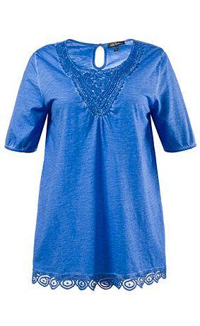 70669675 - T-shirt. T-shirt, cold dyed, met kant aan de V-hals en de zoom. Hals aan de voorkant met franjes, achter met splitje en knoop. Halflange mouwen onderaan elastisch. Zijsplitten. Type: A-line. materiaal: 100% katoen. Aan de maat aangepaste lengte ca. 72 - 82 cm.