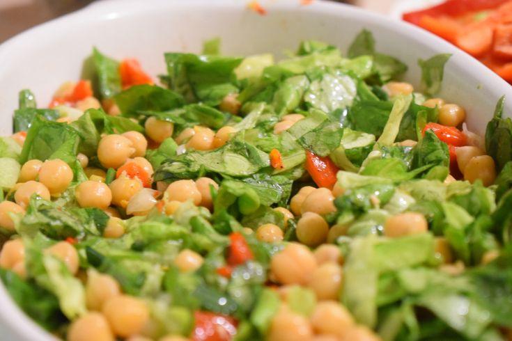 Doctorii spun ca daca mananci minim o salata pe zi, organismul tau are toate sansele sa isi ia necesarul de vitamine si nutrienti. Desigur, noi discutam despre salate sanatoase, nu cele cu sosuri s…