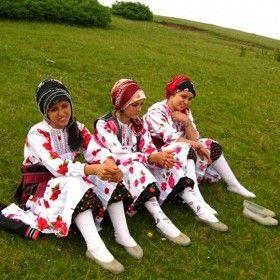 Yayla Güzelleri (Eynesil - Giresun'da Her Yıl Temmuz Ayının 4. Cumartesi Günü 2200 Metre Yükseklikte Ki Sisdağında Yapılan Sisdağı Şenliklerinde Yöresel Kıyafetleriyle Törene Katılan Genç Kızlar)