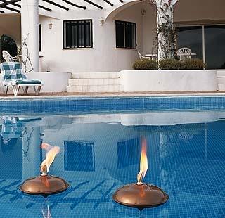 Iluminaci n sutil en la piscina piscinas pinterest - Jardines con piedras blancas ...