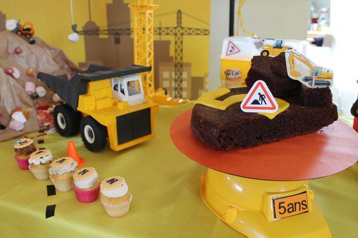 Un gâteau en cours de démolition.