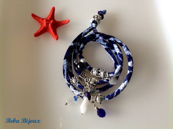 """Bracciale in Velluto color """"Fantasia"""" maculata blu e bianco,con distanziatori color argento, anellini color argento, pietre e ciondoli."""