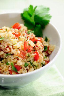 Dieser Bulgursalat eignet sich hervorragend als leichte Büro-Mahlzeit und…