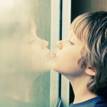 Aquí podrás encontrar cuáles son las primeras señales que muestran el niño autista cuando es un bebé. Conductas extrañas, no responde a algunos estímulos, no muestra interés por las personas son algunas de las primeras señales que muestra el niño autista. Señales de que tu hijo tiene autismo cuando son bebés