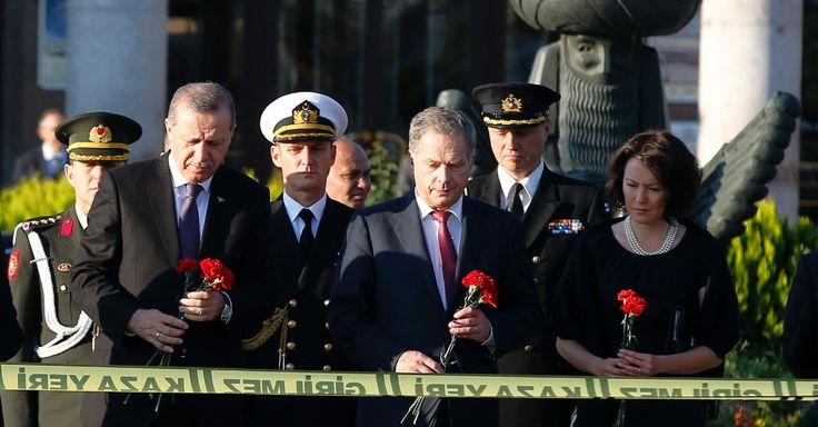 20151014 - Os presidentes da Finlândia, Sauli Niinisto (ao centro), e da Turquia, Recep Tayyip Erdogan (à esquerda), visitam o local do atentado que matou pelo menos 97 pessoas em Ancara, capital turca. PICTURE: Emrah Gurel/AP