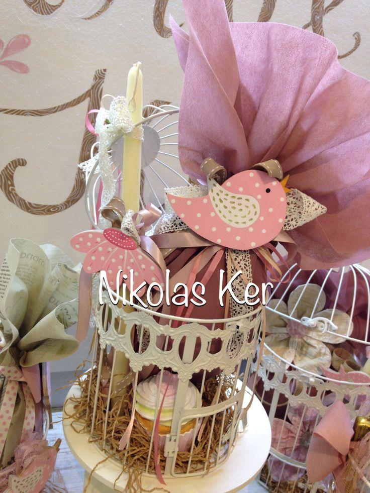 Πασχαλινό διακοσμητικό κλουβί με ξύλινο πουλάκι & κλουβάκι. Περιέχει σοκολατένιο αυγό & λαμπάδα. www.nikolas-ker.gr
