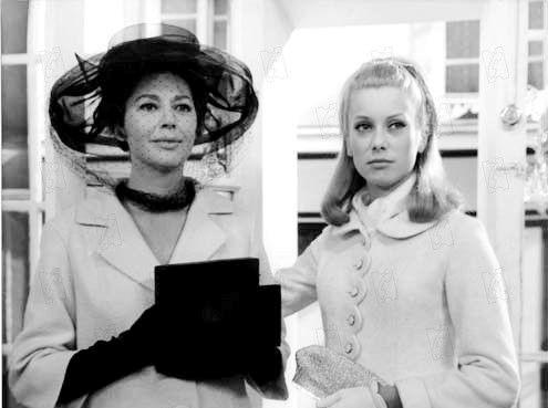 """Catherine Deneuve et Anne Vernon dans le film """"Les Parapluies de Cherbourg"""""""