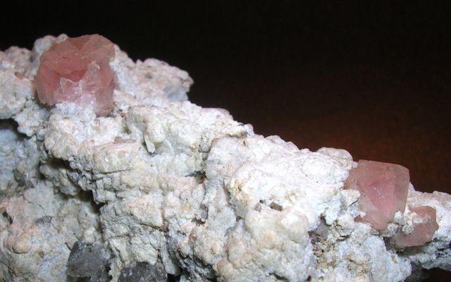 MINERALI - MINERALS Fluorite rosa M.te Bianco (AO) DIMENSIONI 10x6x5,5 cm DIM. CRISTALLI 10×10 mm – 8×8 mm