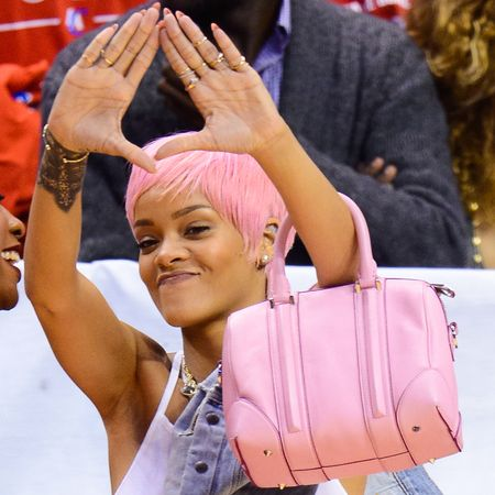 Rihanna Baby pink hairs the woman can easily wear everything: New hairstyle! Rihanna has a Barbie-pink pixie! The woman can easily wear everything Pop singe