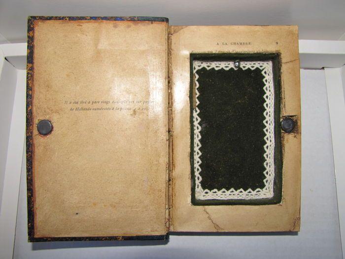 Geheime vak; van het oude boek 'Fin de rêve' van G. Duruy - ca. 1900  Oud boek 'Fin de rêve' van G. Duruy omgevormd tot een geheime doos.Ideaal om kleine voorwerpen of documenten verbergen door te schuivenDit boek onder andere in uw bibliotheek.omvang van het boek 19 x 12 cm en een dikte van 25 cmcompartiment: 12 cm - Diepte: 1.5 cmHet compartiment in antieke green velvet is bedekt met een witte borduurwerkeen belletje is bevestigd binnen (alarm).  EUR 35.00  Meer informatie