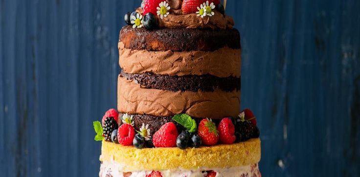 Předehřejte troubu na 180 °C. Vyložte 3 dortové formy o průměru 18 cm pečicím papírem – můžete korpus péct i v jedné formě a pak ho rozříznout na tři...