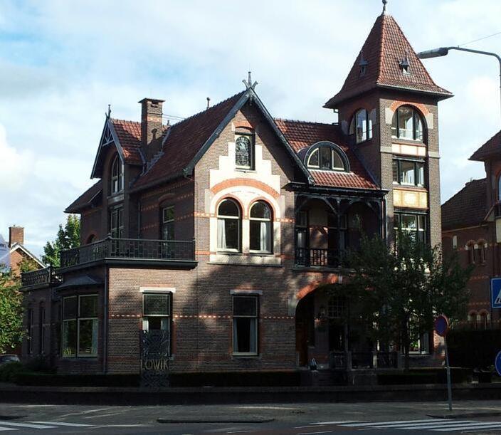 """Inleiding Groot vrijstaand HERENHUIS in Art Nouveaustijl dat in 1910 is gebouwd naar een ontwerp van de architect G.B. Broekema (Kampen) in opdracht van de fabrikant J.L. Ten Bos. Het huis is een kopie van de in 1986 afgebroken villa """"Zonnehoek"""" in Steenwijk uit 1905-1906 van dezelfde architect in samenwerking met de Steenwijkse architect B. Rouwkema. Het vrijwel in originele staat verkerende interieur is uitgevoerd in de stijl van de Art Nouveau- en Art Deco."""