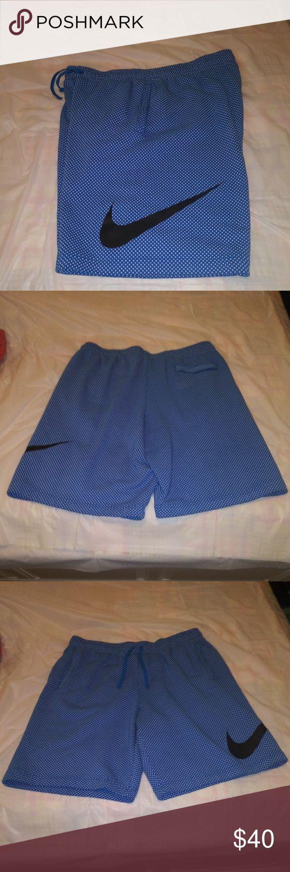 Herren Nike Shorts Herren Nike Shorts blau mit weißen Punkten und schwarzem Swoosh. 2 pocke …   – My Posh Closet