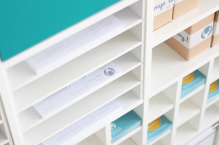 Das Ikea Kallax Regal ist, wenn es um die Unterbringung von verschiedensten Dingen geht, ein Multitalent. Oft ist das Fach des Regals aber zu groß, um bestimmte Dinge darin effizient aufbewahren zu können. Unser Postfach-Einsatz ELEGANT...