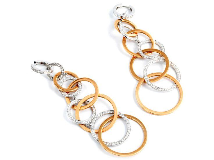 Länge: ca. 9 cm. Gewicht: ca. 28,4 g. RG und WG 750. Aparte, moderne Ohrhänger aus verbundenen Ringen besetzt mit feinen Brillanten, zus. ca. 2,34 ct....