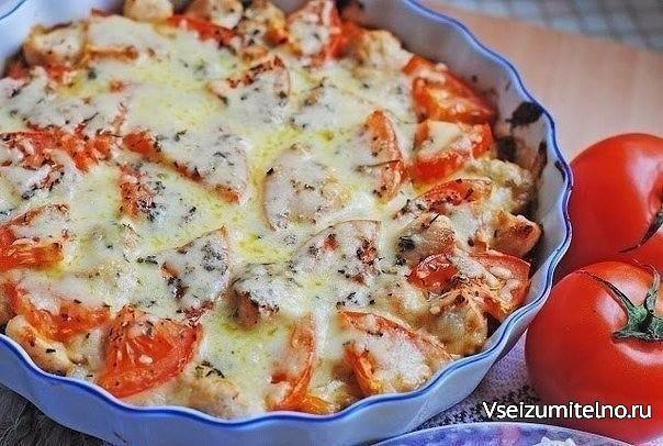 Куриное филе, запеченное с овощами.   Ингредиенты:   3 куриных филе  1 сладкий перец  2 небольших помидора  1 ч.л. муки  120 мл. молока  1 ст.л. томатной пасты(или кетчупа)  1 ст.л. сливочного масла  1 луковица  2 зубчика чеснока  ~40 г сыра  Растительное масло  Соль,черный молотый перец  Орегано,базилик  Приготовление:  1) Лук нарезать мелко и вместе с чесноком обжарить на растительном масле около 3 минут, добавить мелко нарезанный перец и жарить еще ~5 минут до мягкости перца. Переложить в…