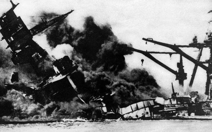 ATAQUE A PEARL HARBOR (1941) Era um domingo o dia 7 de dezembro de 1941, as pessoas estavam acordando para ir à missa e a Marinha Imperial Japonesa fez um ataque de surpresa, sem declaração de guerra, à base americana no Havaí, matando 2.403 americanos. A resposta dos EUA foi uma declaração formal de guerra ao Japão