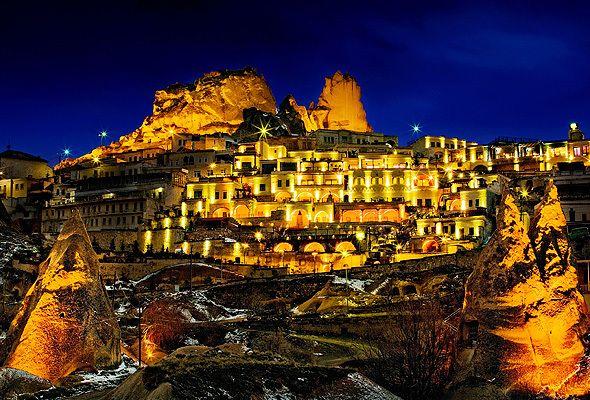 """#トルコツアー では必見の #世界遺産 """" #カッパドキア """"。せっかく訪れるなら、奇岩がそびえる圧巻の景観を一望できる #スペシャル #ホテル をチョイスしたいもの。佇まいはもちろん、 #内装や #インテリア に至るまで、 #大人女子 を満足させる #贅沢ホテル をご紹介。 #Turky #Hotel"""