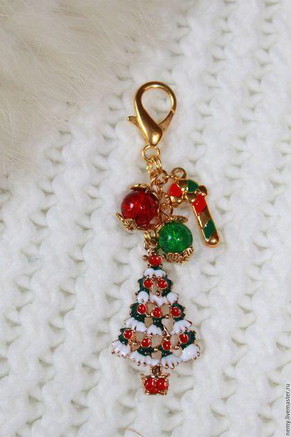 Купить или заказать Брелоки для ключей 'Новый год' в интернет-магазине на Ярмарке Мастеров. Брелоки для ключей в асс-е станут ярким дополнением вашего образа или прекрасным подарком по случаю и без. Брелок состоит из подвесок эмаль и стеклянных бусин.