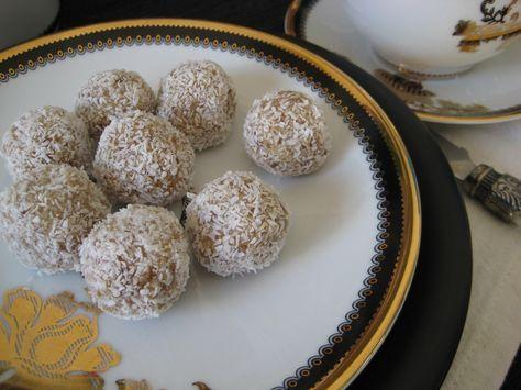 Marokkaanse dadel kokos truffels. Heerlijk gezond tussendoortje voor bij een kopje koffie of thee. Klik op de foto voor het recept.