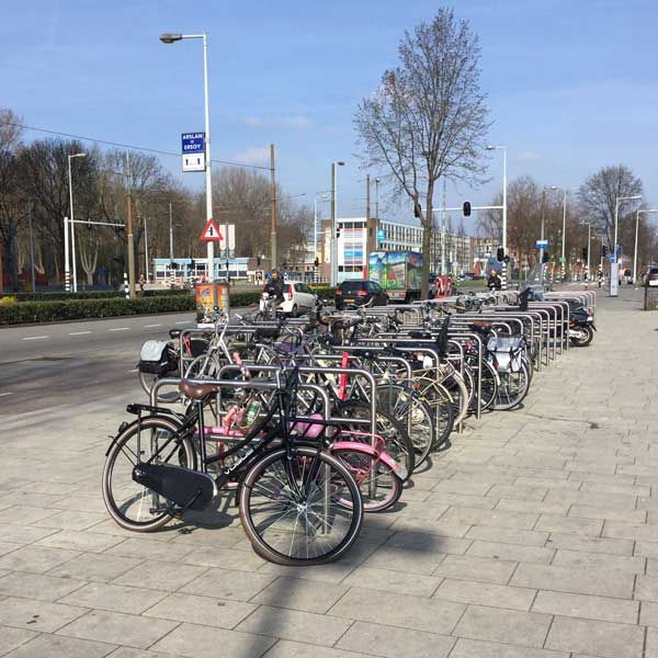 Aan de Sloterplas in Amsterdam zijn via JSB Infra 40 stuks roestvaststalen fietsaanleunbeugels met tussenbuis geplaatst.