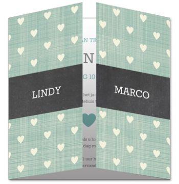 Groene trouwkaart met witte hartjes en zwarte band