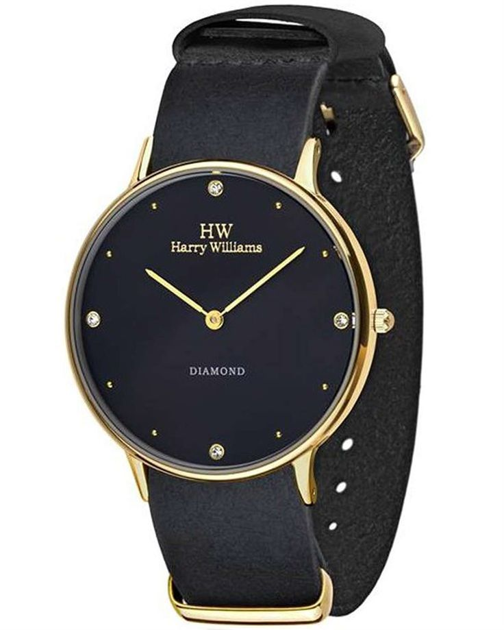 Από τον οίκο HARRY WILLIAMS ένα μοντέρνο ρολόι με μαύρο δερμάτινο λουράκι και μαύρο καντράν