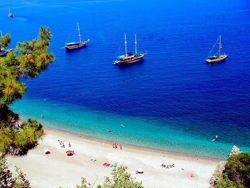 A Turquia está rodeada por quatro mares: o Mar Negro a norte, o Mar da Mármara a noroeste, o Mar Egeu a oeste e o Mediterrâneo a sul; num total de 8.333 quilômetros de litoral. Assim, há uma bundância de prais e marinas, totalizando 258 praias e o maior número de marinas do mundo.