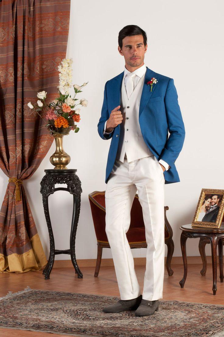 MATTHIEU Abito sartoriale completo con giacca mezzo tight realizzata in fresco di lana blu cobalto con revers a lancia, pantalone e gilet in fresco di lana bianco, bottoni in madreperla naturale.