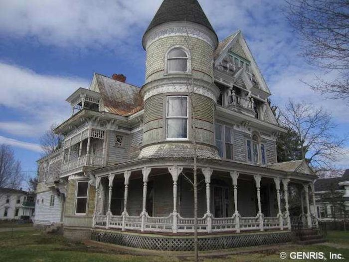 This Old House Has Been Empty For Years. Wait Until You See What Google Maps Caught In The Window [MOBILE STORY]