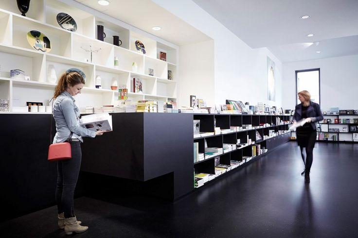 Stedelijk Museum 's-Hertogenbosch kastenwand in wit en zwart plaatmateriaal museumwinkel - Bierman Henket Interieur