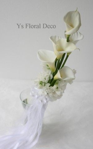 昨日パルティーレ横浜ウェディングビレッジさんへお届けしましたアームブーケです。白いカラーを長く、手元のところに春のお花のスイトピーをあしらいました。リボン...