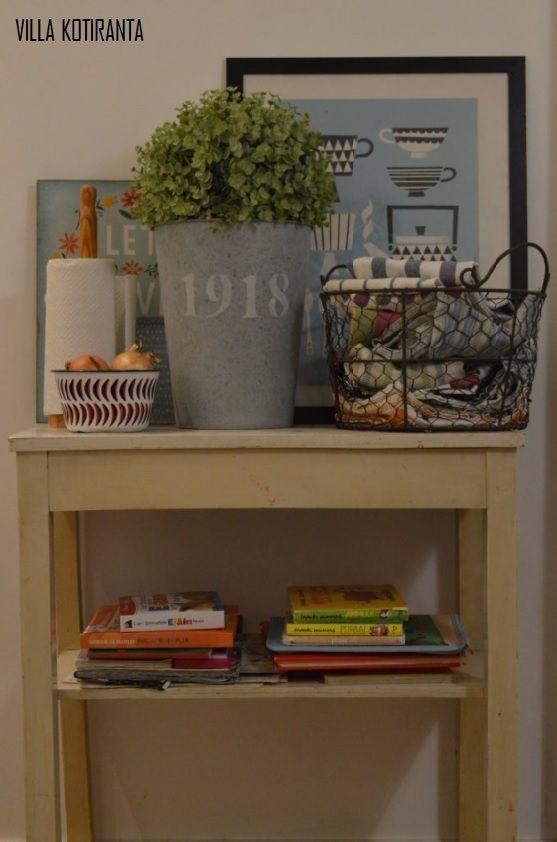 Vanha sivupöytä keittiössämme tuo kaiken tarvittavan käden ulottuville. / Old vintage side table keeps all needed items nearby in our kitchen.