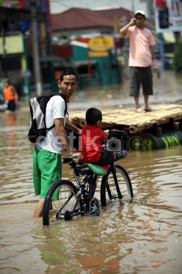 Banjir di Jl. KH Abdullah Syafei .. Jakarta ... Sumber: detik.com