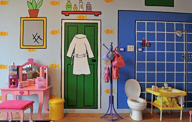 Parece banheiro, mas é um quarto de brincar. Repare bem: porta, prateleira e chuveiro são apenas pinturas divertidas na parede. O vaso sanitário e a banheira são para as bonecas de Marina, 7 anos, e Betina, 6 meses, filhas da arquiteta Valéria Blay