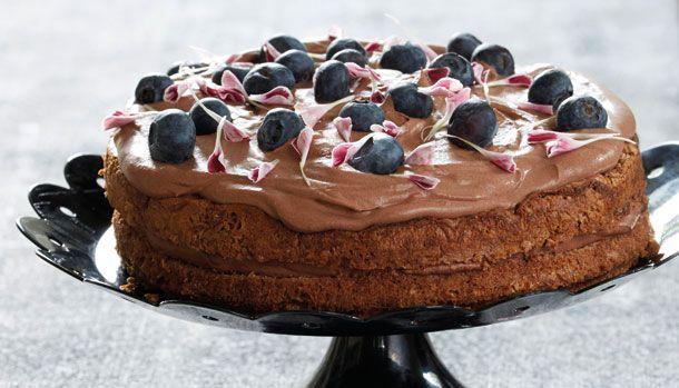 Denne skønne kage er indsendt af en af vores kære læsere, og vi vil selvfølgelig gerne dele den med Jer herinde. Ullas nemme kage er en chokolade lagkage med creme, blåbær og spiselige blomster. Her får du opskriften.
