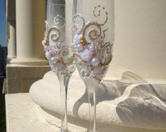 MAGNÍFICO conjunto de unidad de vela de la boda, mano decorado con rosas de tela, lazos y perlas. Los colores son blanco, gris oscuro y blush rosa. Estas velas de la boda son perfectas para tu ceremonia de la unidad, también es una gran boda regalo idea para una fiesta de despedida de soltera!  Este listado está para 3 velas: velas forma cónica 2 (12 hight) y vela del 1 Pilar (9 x 3 pulg.) Candelabros de vidrio son opcionales - 4 de alto, puede pedirlos por elegir2 candelabrosdesde el menú…