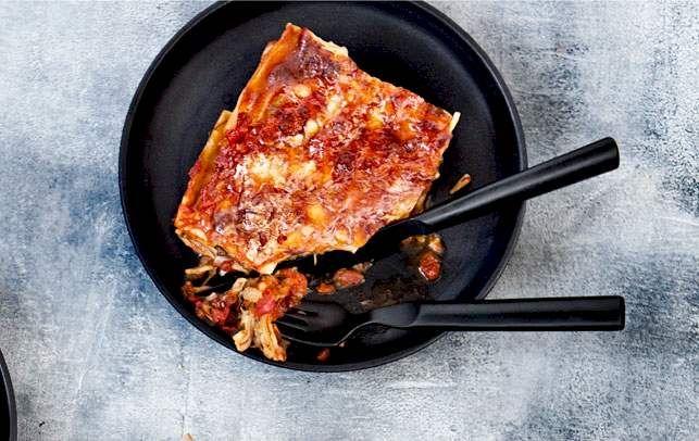 Aubergineskiverne giver god fylde i denne lasagne og kan faktisk minde lidt om kød i både smag og konsistens.