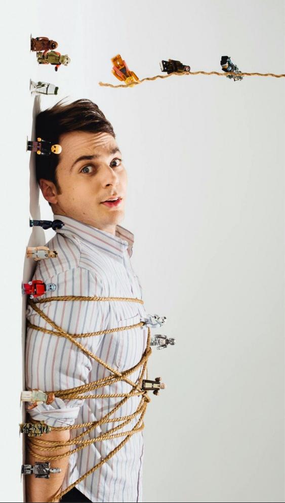 Jim Parsons ...( Sheldon atrapado por figuras de Lego de Star Wars ) ...