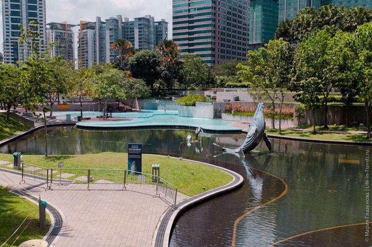 Куала-Лумпур, Малайзия. Рядом с башнями Петронас раскинулся огромный зеленый парк.