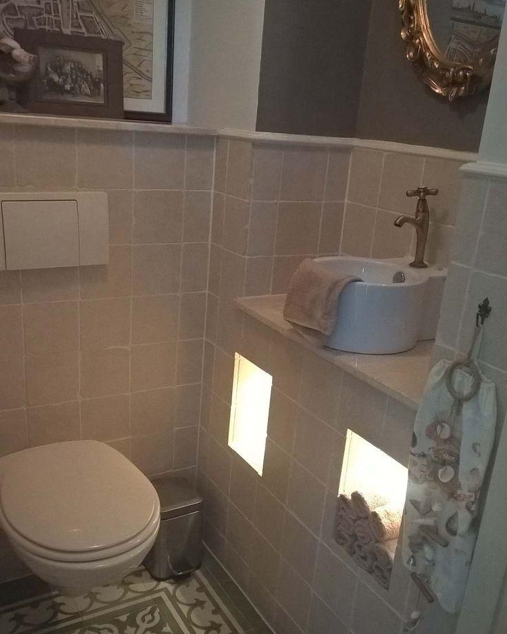 Neem jullie vandaag mee naar het kleinste kamertje in ons Bolwerk huisje. Het heeft een mooie nis hier hangt een barok spiegel. Wens nog eens een mooie Ossenoog spiegel. Verder een oude kaart van Dockum en twee nisjes met verlichting. Ook hier op de vloer Portugese tegels.  #toilet #lavatory #portugesetegels #portuguesetiles #verlichting #lighting #nisjes #alcoves #barokspiegel #baroquemirror #ossenoogspiegel #ossenoogmirror #stoer #cool #sober #sober #sfeervol #attractively #landelijk…