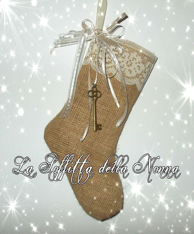 Calza in iuta con bordo in pizzo, nastri in doppio raso e una chiave in ottone Burlap stocking with lace, satin ribbons and a key