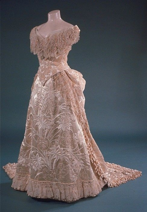 1885 evening dress is absolutely Gorgeous!! I love the soft pink color of it too..K♥