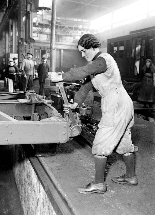 28 mars 1917, une ouvrière employée aux ateliers du Métropolitain de la rue des Maraîchers  Paris, Photo: Jacques Moreau